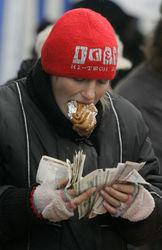 Лукашенко обещает зарплату в 600 долларов