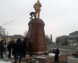 Свобода снесла памятник Ленину в Ахтырке: вандализм или справедливость истории