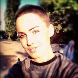 Дашу Астафьеву побрили налысо