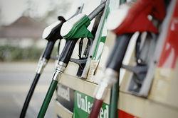 """Бензин: взлетят ли цены после пожара в Венесуэле и шествия """"Айзека"""""""
