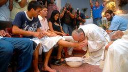 Папа Римский Франциск 28 марта посетил тюрьму и омыл ноги заключенным