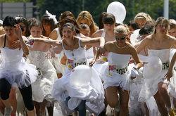 В Латвии состоялся забег невест