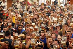 Economist подсчитал зарплаты в мире... на кружку пива