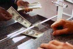Клиенты украинских банков сами ищут валюту для депозитов и кредитов