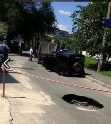 В Голосеевском районе Киева под асфальт ушла милицейская машина