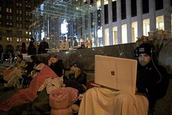 В Apple Store на Пятой авеню в Нью-Йорке уже занимают очередь за iPhone 5
