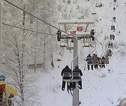 В Сочи лыжники зависли на канатной дороге