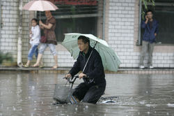 В Китае от ливней пострадали сотни тысяч людей, - последствия