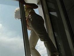 В Китае полисмен спас беременную, намеревавшуюся выпрыгнуть из окна