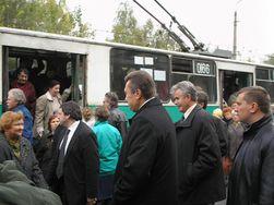 1 апреля в Facebook: Виктор Янукович на работу в... троллейбусе - фото в соцсети