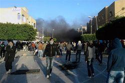 Туристы бегут из охваченного восстанием Туниса