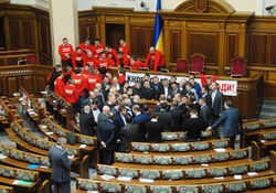 Суд отказался рассматривать иск к оппозиции за блокировку трибуны в Раде