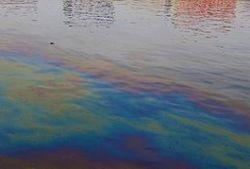 В Днепре у водозаборной станции Киева появилось масляное пятно