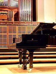 Легендарный производитель роялей Steinway продан за 438 млн. долларов