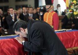 В Иране скандал: президент Ахмадинежад на похоронах приобнял мать Чавеса