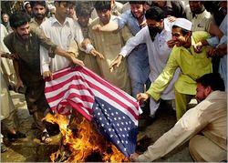 Бизнес: в Пакистане массово раскупают флаги США, чтобы их жечь