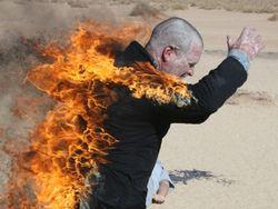Беларусь: на горящего мужчину вылили ведро бензина, перепутав его с водой