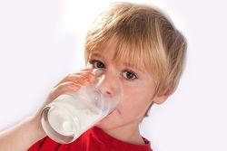 Удар по СОМ: ученые об угрозе обезжиренного молока детям