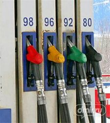Стоимость популярного бензина Аи-92 в Магадане перевалила за 35 руб. литр