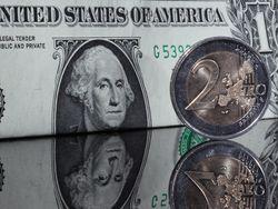 До максимума за месяц подскочил курс евро к доллару