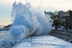 Из-за шторма пляжи Крыма превратились в обрывистые берега