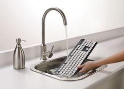 Наконец компьютерную клавиатуру можно помыть под краном!