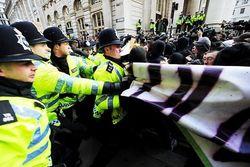 Британия массовыми шествиями протестует против затягивания поясов
