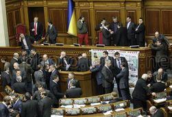 Оппозиция Украины в пятницу снова заблокировала трибуну и президиум ВР