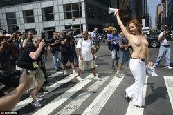 """В Нью-Йорке """"узаконили"""" прогулки топлесс для женщин"""