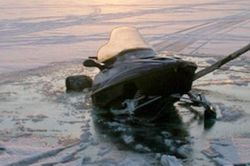 Под Выборгом снегоход провалился под лед, два человека утонули
