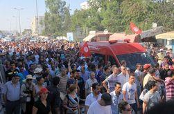 В Тунисе применили силу против митингующих из-за убийства депутата