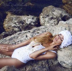 Алена Водонаева выложила фото ню в купальнике на скалах