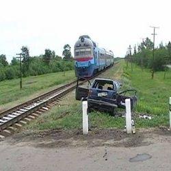 Иномарка столкнулась с поездом в Запорожской области