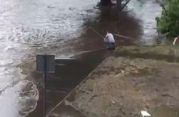 Жители Харькова после дождя вышли с удочками на улицы ловить рыбу
