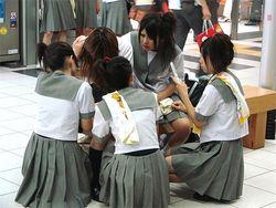 В Китае, перед экзаменами, школьниц заставят снять лифчики