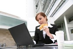 Ученые предупреждают: еда за компьютером может привести к раку