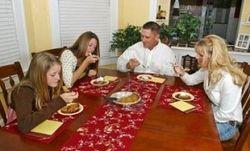 За обеденным столом с детьми нужно разговаривать – ученые