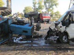В Киеве микроавтобус столкнулся с трактором
