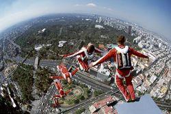 Хит YouTube: Чудесное спасение после прыжка с 160-метрового здания
