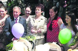 Людмила Янукович подарила мамам коляски, вспомнив свои роды