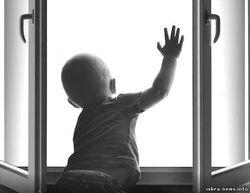 В Петербурге из окна 5 этажа выпал 2-летний ребенок - последствия