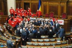 """Народные депутаты от фракции """"Батькивщина"""" заблокировали трибуну ВР"""