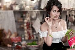 Одноклассники о рамках приличия и PR: Тина Канделаки показала фото ню