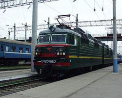 На железнодорожной станции Троещина в Киеве заблокировано движение: пассажиры перелазят через товарный поезд