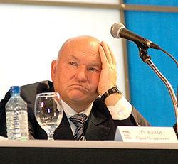 Новая эпопея с Лужковым: он требует от Собянина 30 тыс. рублей