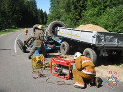 В Полоцком районе спасатели извлекли живого мужчину из искорёженного трактора