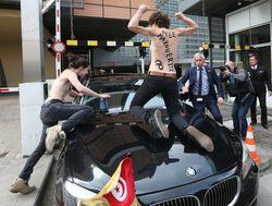 Активистки FEMEN голой грудью атаковали премьера Туниса в Брюсселе