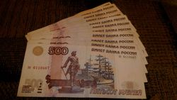 Курс рубля продолжил укрепление к японской иене и снижение к евро и фунту