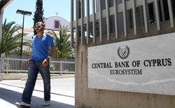 ЦБ Кипра парализовал банковскую систему, запретив любые платежи и переводы