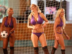 Опыт PR: Звезды порно рекламируют себя голышом в Sexy Soccer на поле
